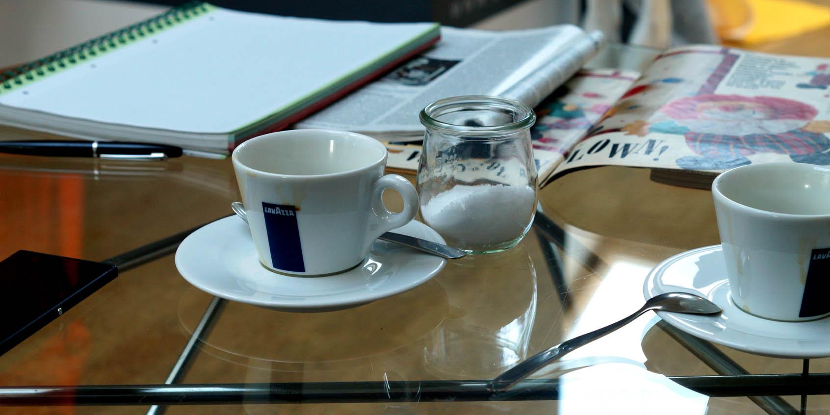 Stolik kawowy z filiżankami
