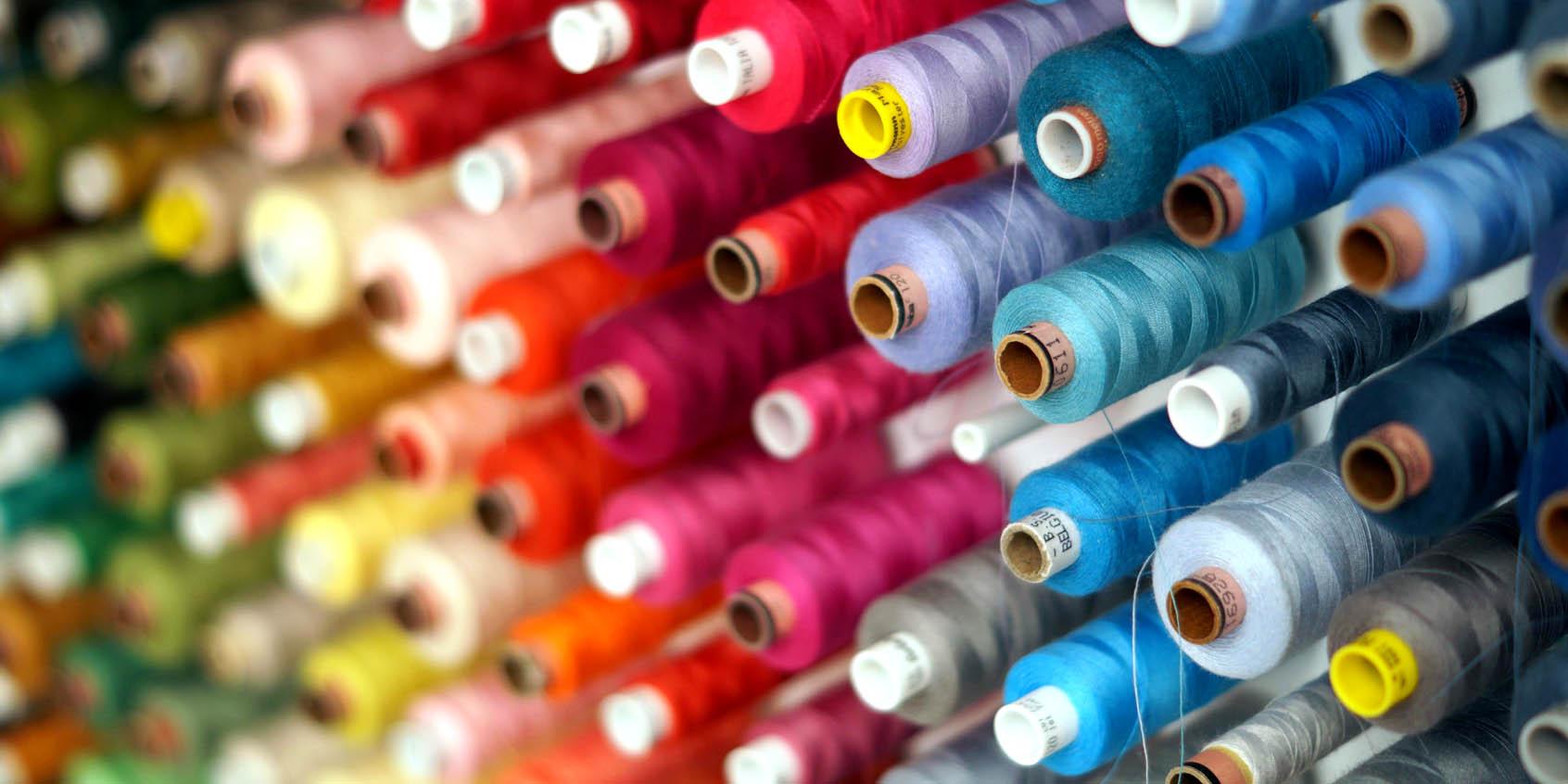 Kolorowe nici do szycia ubrań